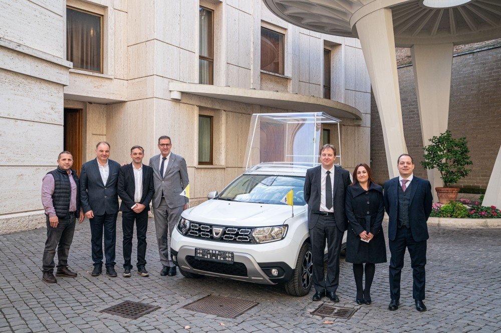 GROUPE RENAULT DELIVERS AN EXCLUSIVE DACIA TO POPE FRANCIS (1).JPG